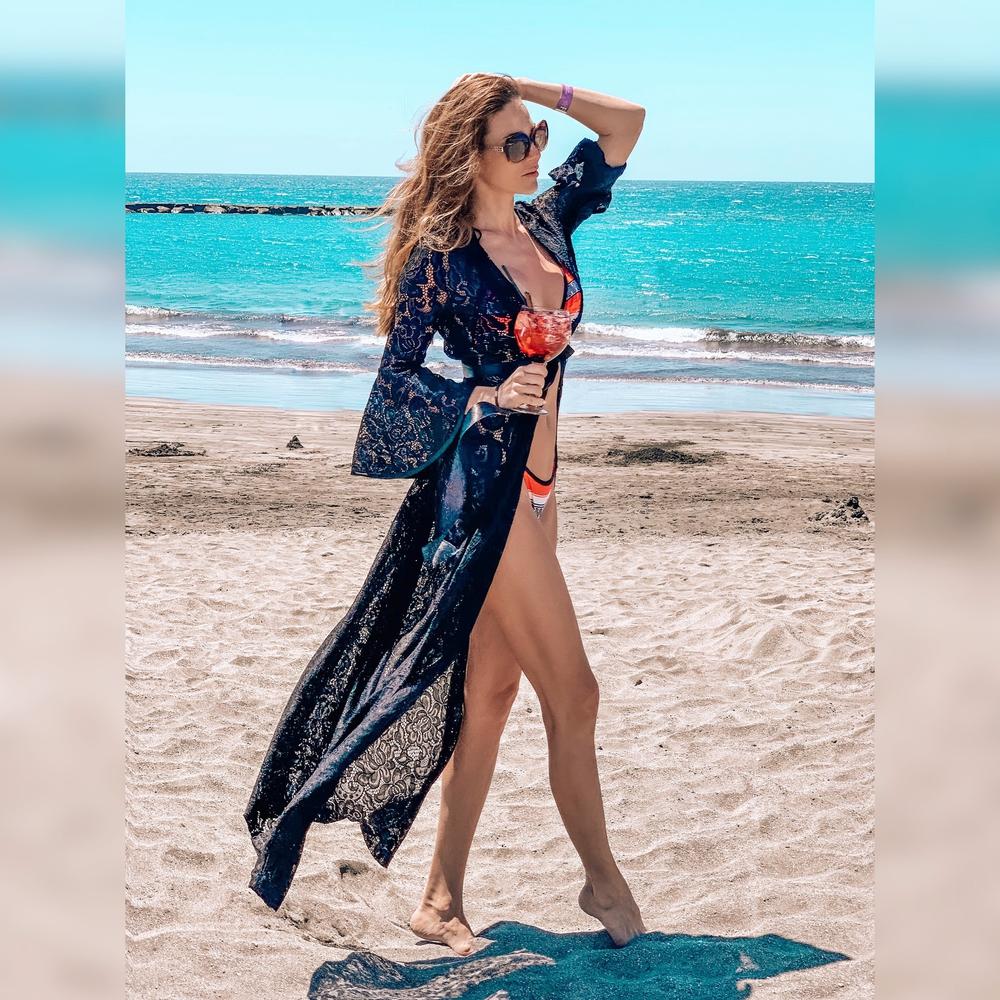 Model Victoria | dlouhý krajkový černý plážový přehoz přes plavky | Beach Swan