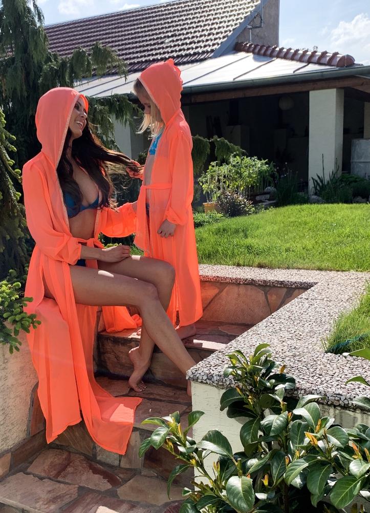 Naomi (dětská) - lososová | dlouhé lososové letní plážové dětské šaty na plavky s kapucí | Beach Swan